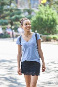 Hermosa mujer de raza mixta en el parque, retrato sonriente