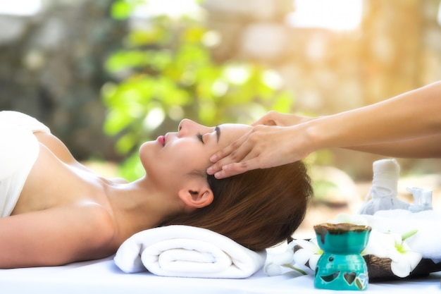 Hermosa mujer recibiendo masaje spa.