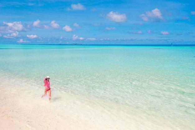 Hermosa mujer relajante en la playa tropical de arena blanca