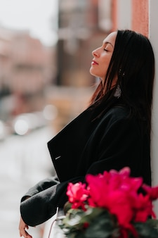 Hermosa mujer respirando balcón en madrid ciudad de españa