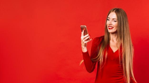 Hermosa mujer revisando su teléfono
