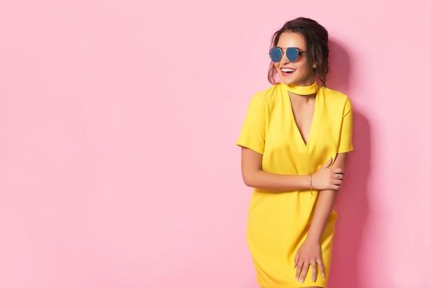 Hermosa mujer en ropa colorida con gafas de sol