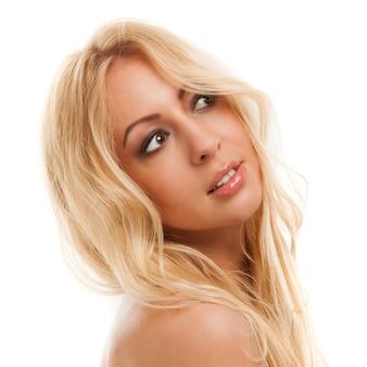 Hermosa mujer rubia con cabello largo