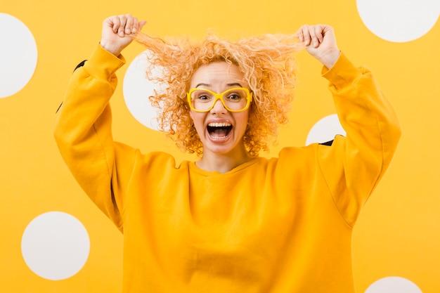 Hermosa mujer rubia con gafas amarillas