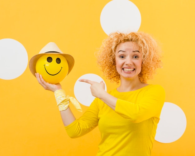 Hermosa mujer rubia con globo feliz