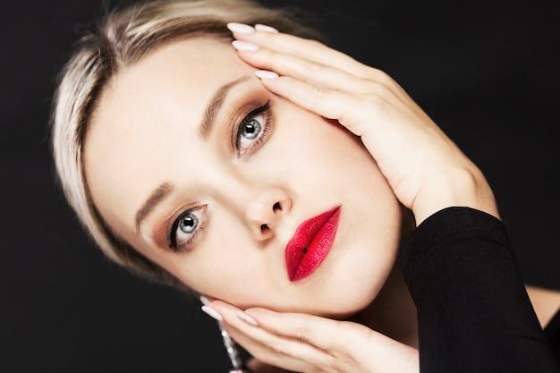 Hermosa mujer rubia con grandes ojos azules.