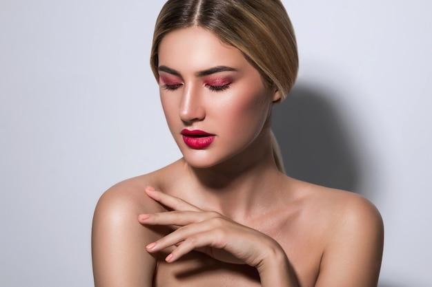 Hermosa mujer rubia con labios rojos