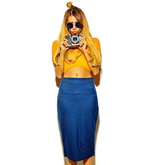 Hermosa mujer rubia linda en ropa hipster