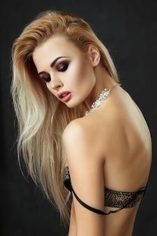 Hermosa mujer rubia posando en ropa interior