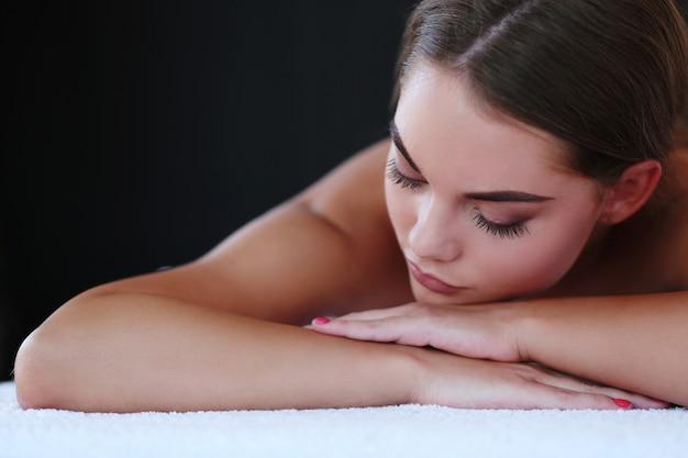 Hermosa mujer rubia recibiendo un masaje