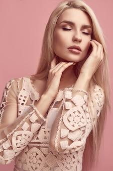 Hermosa mujer rubia sensual en vestido rosa de moda