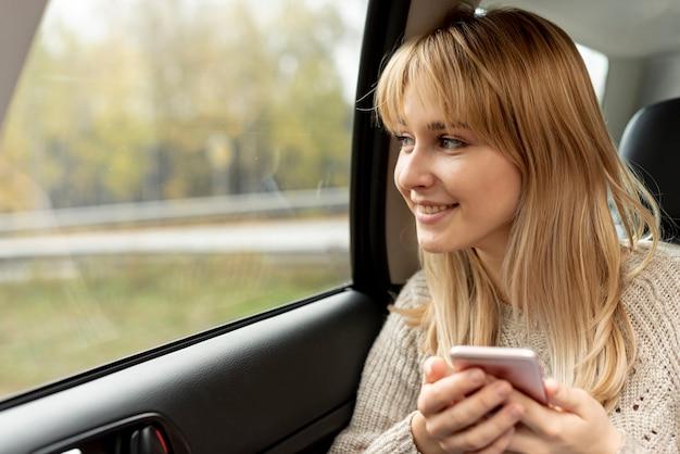 Hermosa mujer rubia sosteniendo un teléfono
