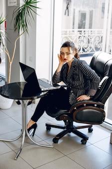 Hermosa mujer en una sala de oficina