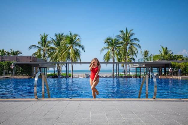 Hermosa mujer saliendo de una piscina
