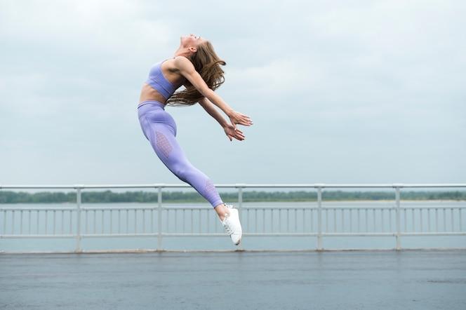 Hermosa mujer saltando tiro largo