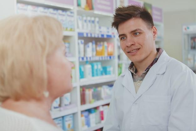 Hermosa mujer senior de compras en la farmacia