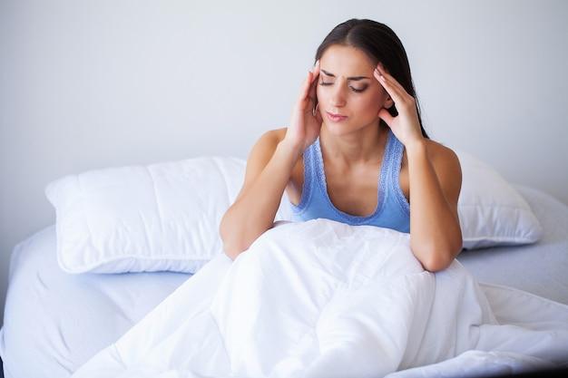 Hermosa mujer sentirse enferma, tener dolor de cabeza, dolor corporal doloroso