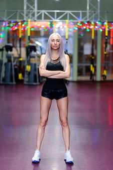 Hermosa mujer sexy posando en el gimnasio.