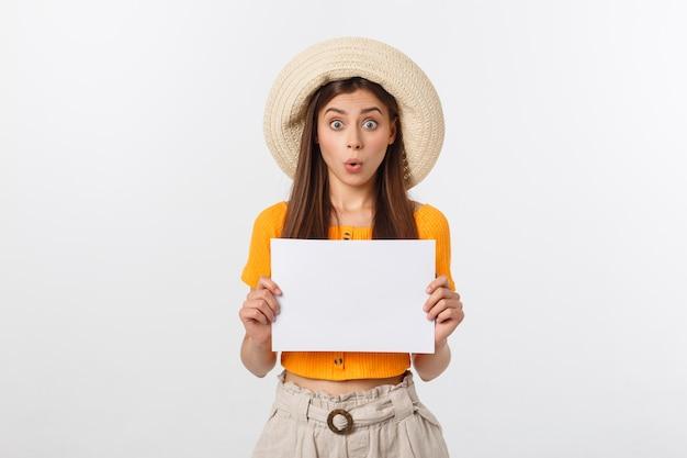 Hermosa mujer con sombrero con papel en blanco