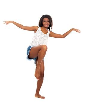 Hermosa mujer sonríe mientras está de pie sobre sus pies