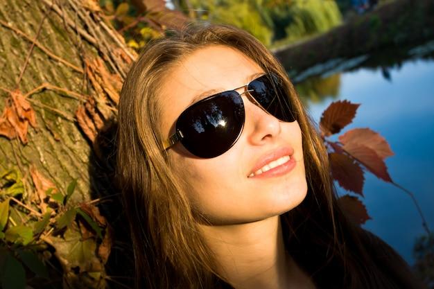 Hermosa mujer sonriendo con gafas de sol