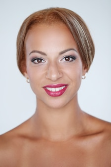 Hermosa mujer sonriendo con labios rojos