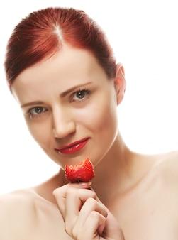 Hermosa mujer sonriente feliz con fresa
