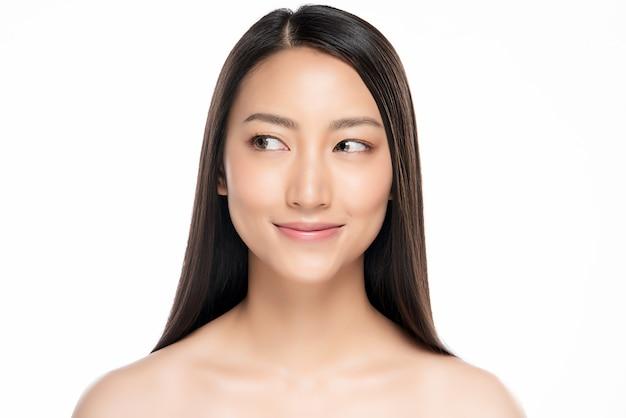 Hermosa mujer sonriente con piel limpia