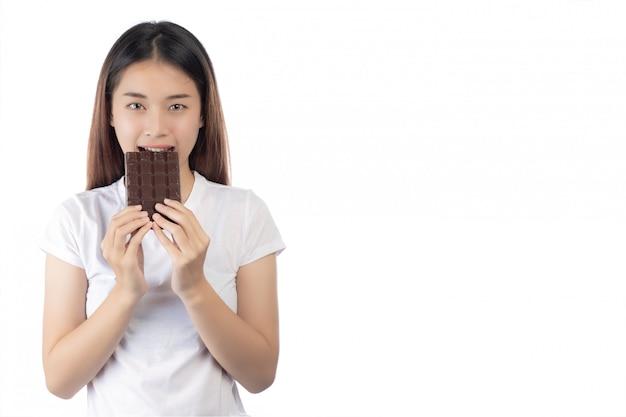 Hermosa mujer con una sonrisa feliz sosteniendo una mano chocolate