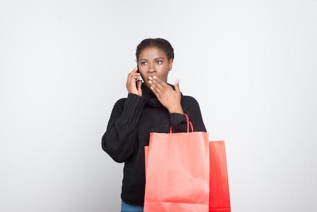 Hermosa mujer sorprendida hablando por teléfono