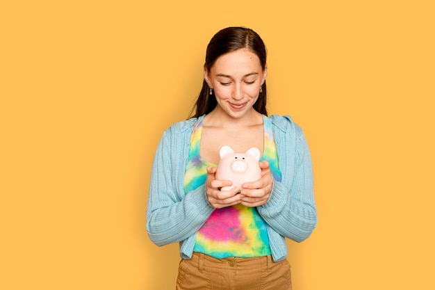 Hermosa mujer sosteniendo hucha para campaña de ahorro financiero