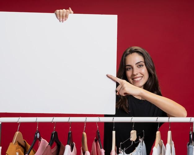 Hermosa mujer sosteniendo una maqueta de banner