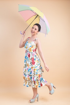 Hermosa mujer sosteniendo un paraguas