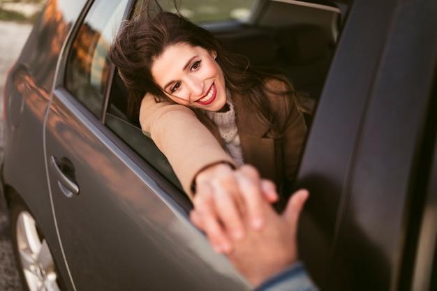 Hermosa mujer sosteniendo su mano con su novio