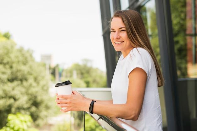 Hermosa mujer sosteniendo la taza de café