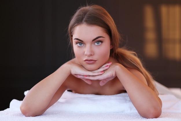 Hermosa mujer en spa