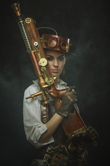 Hermosa mujer steampunk en brazos.