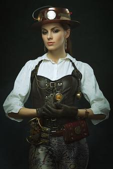 Hermosa mujer steampunk. posando con el reloj