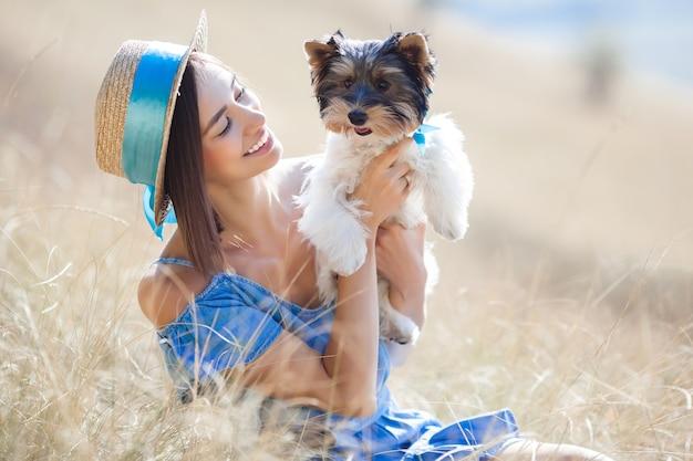 Hermosa mujer y su perro al aire libre. dueño y mascota.