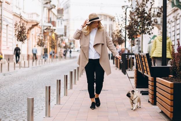 Hermosa mujer con su perro