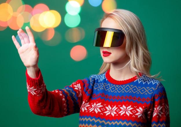 Hermosa mujer en suéter de navidad y gafas vr