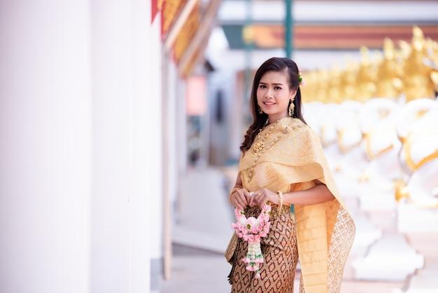 Hermosa mujer tailandesa en traje tradicional tailandés en el templo