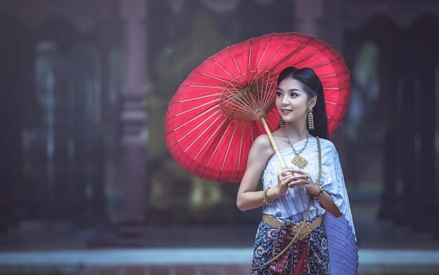 Hermosa mujer tailandesa en traje tradicional tailandés