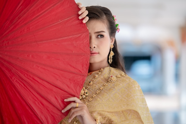 Hermosa mujer tailandesa en traje tradicional en el templo de tailandia