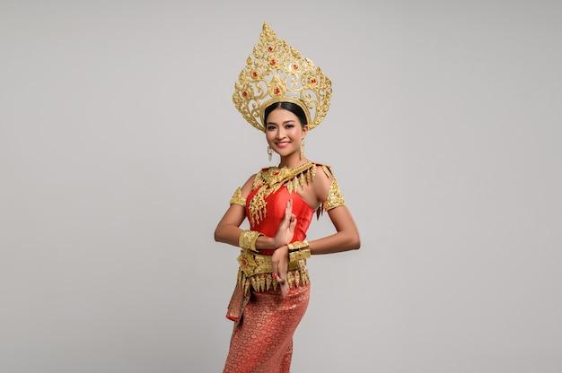 Hermosa mujer tailandesa con vestido tailandés y danza tailandesa