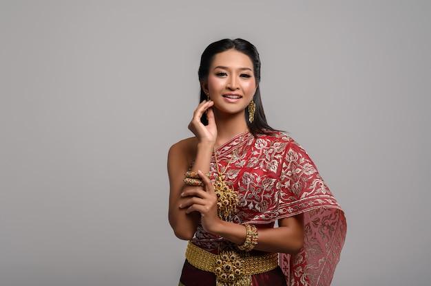 Hermosa mujer tailandesa con un vestido tailandés y una sonrisa feliz.