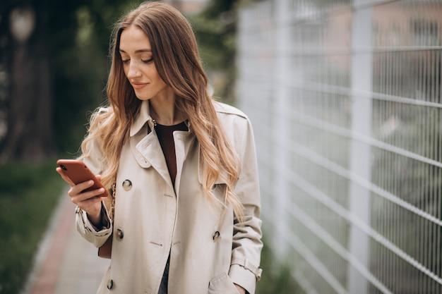 Hermosa mujer con teléfono al aire libre
