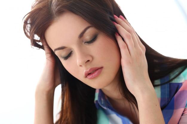 Hermosa mujer tiene dolor de cabeza