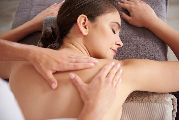 Hermosa mujer tiene masaje en el spa