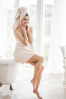 Hermosa mujer en la toalla después de bañarse